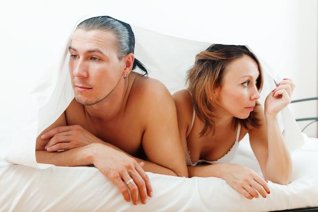 Couple malheureux sous la feuille