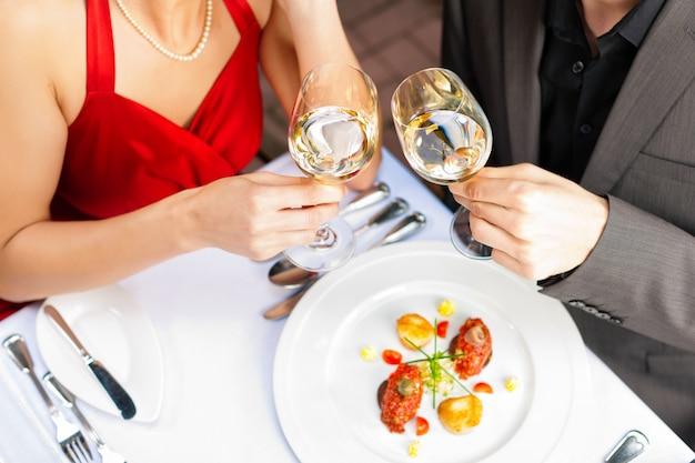 Couple mangeant et buvant dans un très bon restaurant