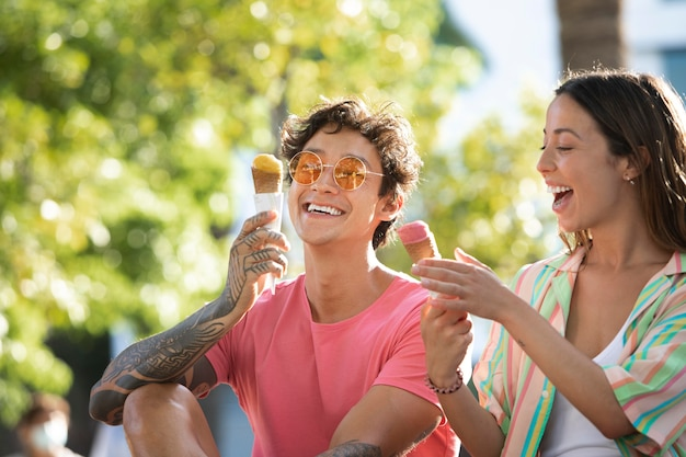 Couple mangeant des glaces en voyageant