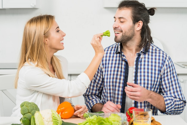 Couple mangeant des légumes