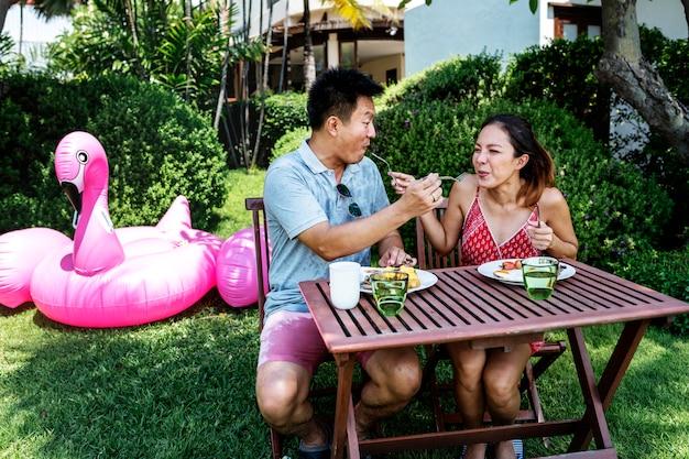 Couple mangeant un petit-déjeuner à l'hôtel
