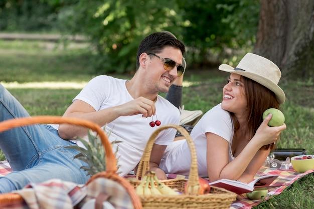 Couple mangeant sainement en se regardant