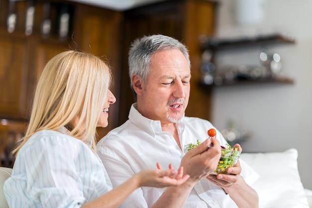 Couple mangeant une salade