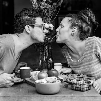 Couple manger des aliments sucrés concept