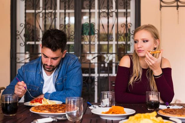 Couple, manger de la nourriture à la maison