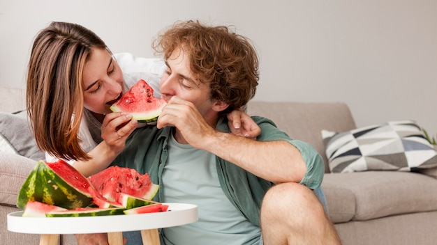 Couple, manger, pastèque, ensemble