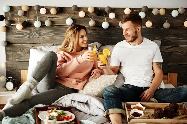 Couple, manger petit déjeuner, dans lit