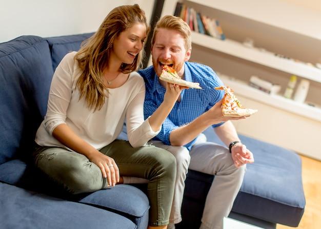 Couple, manger, pizza