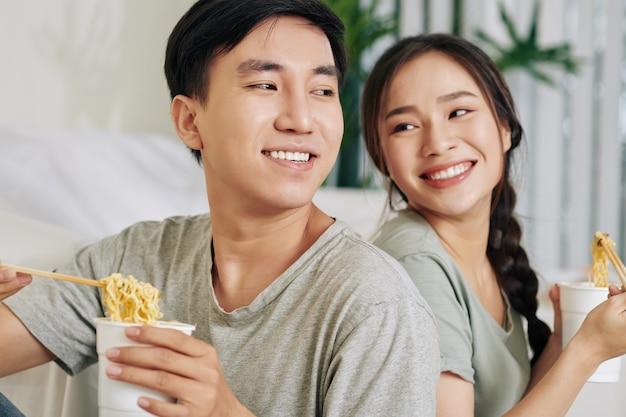 Couple, manger, soupe ramen