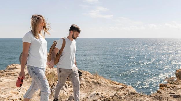 Couple marchant dans un bel endroit