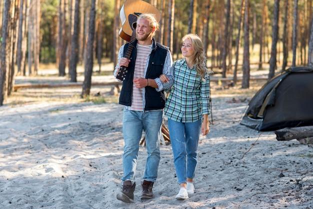 Couple marchant dans les bois