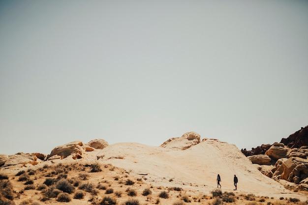 Couple marchant dans la vallée de la mort en californie, états-unis