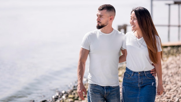 Couple marchant sur la plage ensemble
