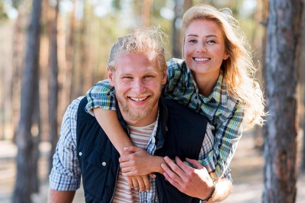 Couple, marche, dans, les, bois, vue frontale