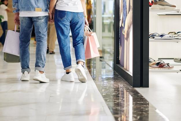 Couple, marche, dans, centre commercial