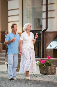 Le couple marche et sourit.
