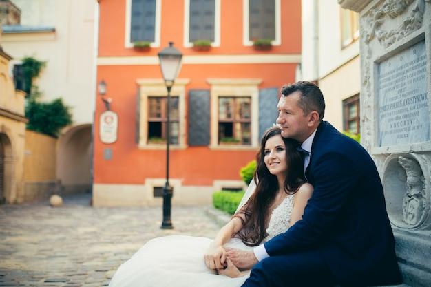Couple de mariage aimant étreindre dans le contexte d'une belle ville