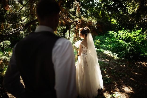 Un couple de mariage aime se promener dans les bois