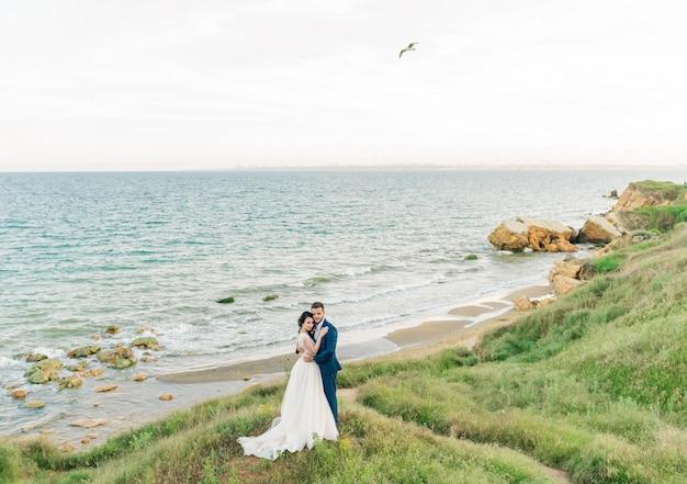 Couple de mariage au bord de la mer
