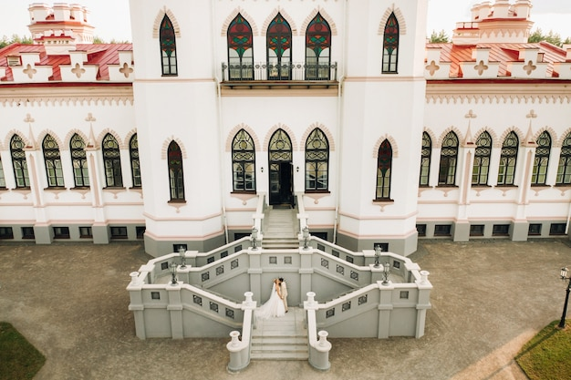 Un couple de mariage au palais kossovsky en biélorussie.puslovsky palace