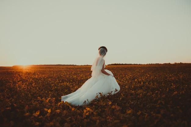 Couple de mariage avec le coucher du soleil
