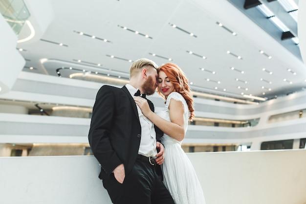 Couple de mariage dans un bâtiment futuriste