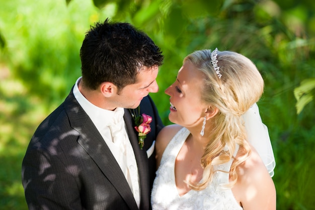 Couple de mariage dans un cadre romantique