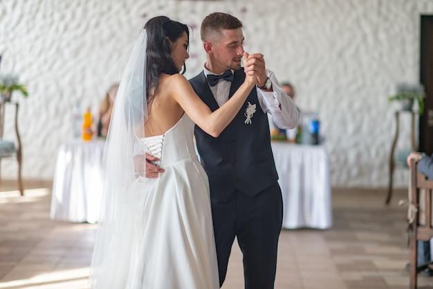 Couple de mariage dansant leur première danse au restaurant