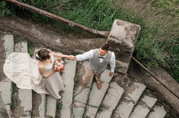 Couple de mariage du marié et de la mariée près de l'arche de mariage