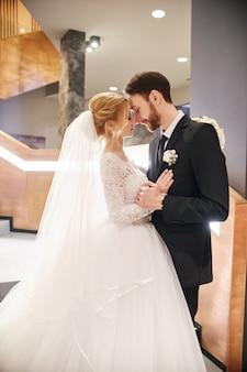 Couple de mariage embrassant et embrassant, le premier jour de la vie ensemble.