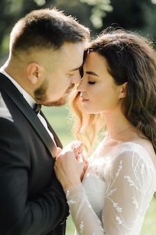 Couple de mariage heureux dans le lac de côme, italie