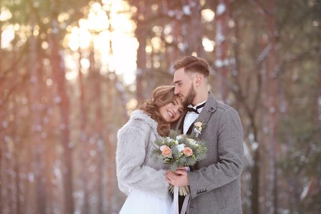 Couple de mariage heureux à l'extérieur le jour d'hiver
