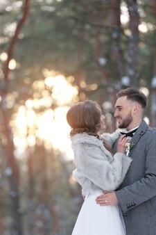Couple de mariage heureux à l'extérieur le jour de l'hiver