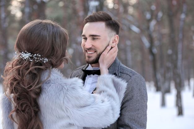 Couple De Mariage Heureux à L'extérieur Le Jour De L'hiver Photo Premium