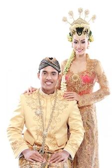 Couple de mariage java traditionnel mari et femme