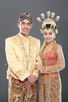 Couple de mariage java traditionnel