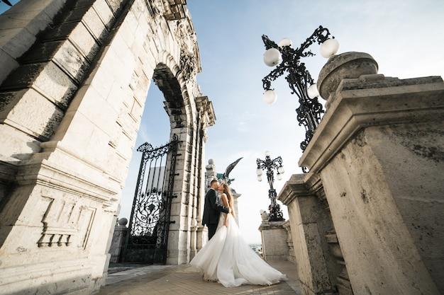 Couple de mariage le jour de leur mariage à budapest