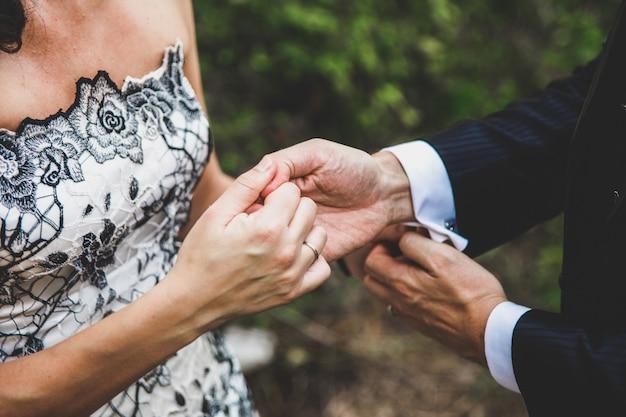 Couple de mariage à leur mariage se promener.