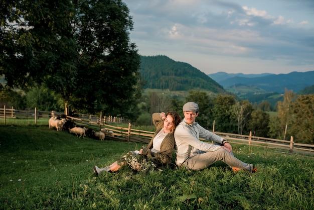 Couple de mariage, marié et mariée près de l'arche de mariage sur une rivière de montagne en arrière-plan