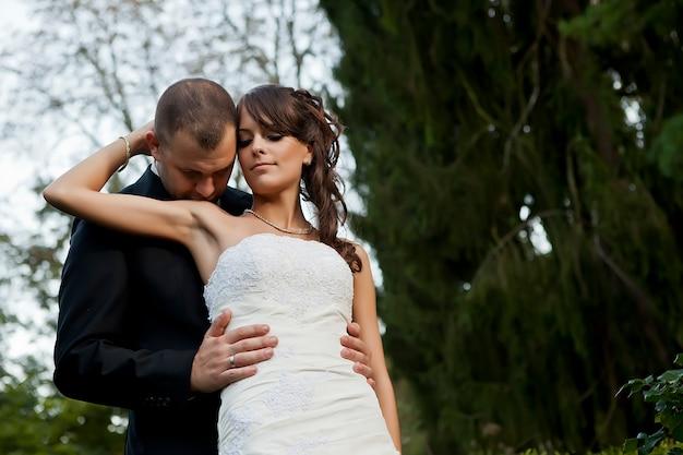 Couple de mariage sur la nature