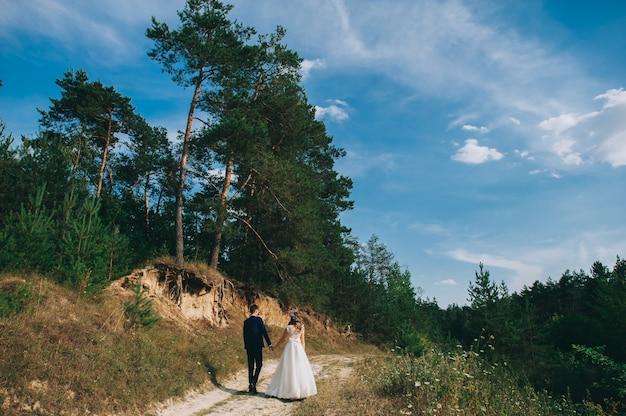Couple de mariage à pied