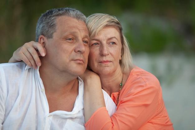 Couple de mariage posant