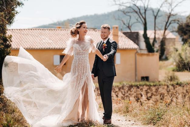 Couple de mariage près d'une villa en france, mariage en provence, séance photo de mariage en france.