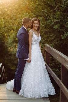 Couple de mariage romantique amoureux se promène dans les montagnes et la forêt