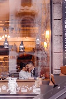 Couple mariage, sittting, derrière, café, fenêtres verre, et, étreindre
