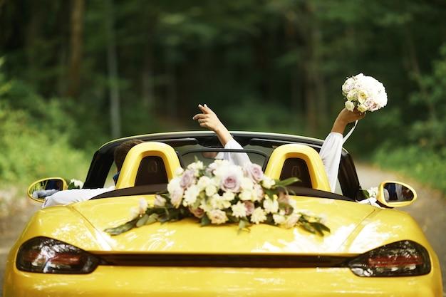 Couple de mariage avec une voiture de mariage
