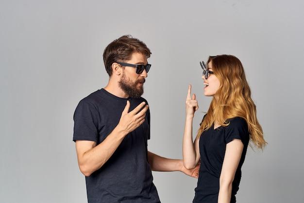 Couple marié amitié communication romance portant des lunettes de soleil fond clair