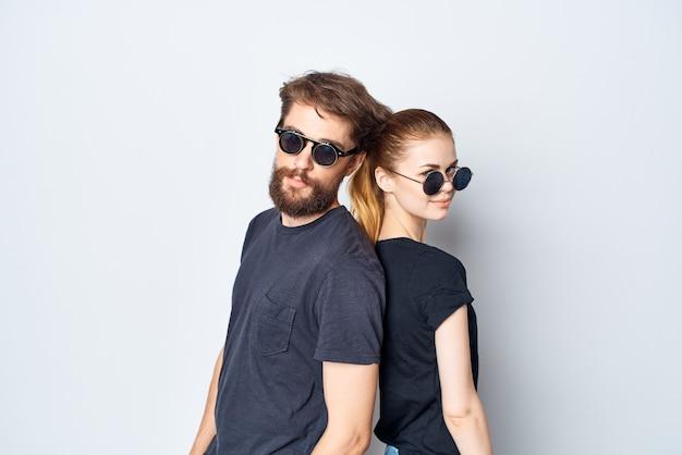 Couple marié amitié communication romance portant des lunettes de soleil fond isolé