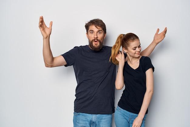 Couple marié amitié communication romance portant des lunettes de soleil studio lifestyle
