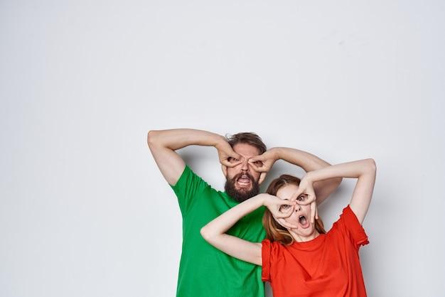 Couple marié câlin amitié t-shirts colorés famille fond clair